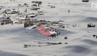Serpihan pesawat Lion Air JT 610 mengambang setelah jatuh di laut utara Tanjung Pakis, Jawa Barat, Senin (29/10). Pesawat membawa 178 penumpang dewasa, 1 anak-anak, 2 bayi, dan 7 awak pesawat. (Liputan6.com/Herman Zakharia)