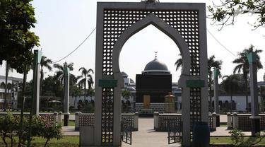 Suasana area masuk tempat Manasik Haji di Asrama Haji, Pondok Gede, Jakarta, Kamis (25/6/2020). Tahun ini, Asrama Haji Pondok Gede tak seperti sebelumnya ketika ribuan umat muslim berkumpul untuk menerima pembekalan sebelum berangkat menunaikan ibadah haji. (Liputan6.com/Helmi Fithriansyah)