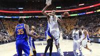 Pebasket Utah Jazz Rudy Gobert (tengah) idilanggar oleh JaVale McGee dari Golden State Warriors pada Semifinal Wilayah Barat NBA. (EPA/George Frey)