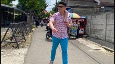 Chef Arnold Tampil Rapi Makan Bubur Ayam Pinggir Jalan, Kursinya Bikin Salfok