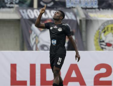 Striker TIRA Persikabo, Osas Marvellous, merayakan gol ke gawang Persib Bandung pada laga Piala Presiden 2019. (Bola.com/Yoppy Renato)