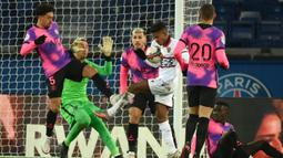 Gelandang OGC Nice, Hicham Baudaoui (ketiga dari kanan) berebut bola dengan bek Paris Saint-Germain, Marquinhos di muka gawang PSG dalam laga lanjutan Liga Prancis 2020/21 pekan ke-25 di Parc des Princes Stadium, Paris, Sabtu (13/2/2021). Nice kalah 1-2 dari Paris Saint-Germain. (AFP/Franck Fife)