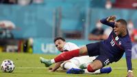 Penyerang Prancis, Kylian Mbappe berebut bola dengan bek Jerman, Mats Hummels pada pertandingan grup F Euro 2020 di Allianz Arena di Munich, Jerman, Selasa (15/6/2021). Prancis menang atas Jerman dengan skor tipis 1-0. (AP Photo/Matthias Schrader, Pool)