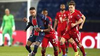 Striker Paris Saint-Germain atau PSG Neymar dikawal ketat bek Bayern Munchen David Alaba pada leg kedua perempat final Liga Champions di Stadion Parc des Princes, Rabu (14/4/2021) dini hari WIB.(AP Photo/Francois Mori)