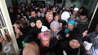 Ratusan TKI saat tiba di Bandara Soekarno Hatta,Tangerang, Rabu (11/11). Sebanyak 450 WNI overstayers dan TKI undocumented dari Jeddah, Arab Saudi dipulangkan pemerintah Indonesia untuk kembali ke kampung halaman. (Liputan6.com/Angga Yuniar)