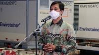Wakil Menteri Kesehatan RI Dante Saksono Harbuwono sambut kedatangan vaksin COVID-19 Sinovac tahap kelima di Bandara Soekarno-Hatta, Tangerang pada 2 Maret 2021. (Dok Kementerian Kesehatan RI)