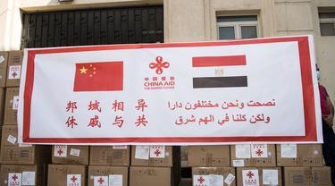 Pasokan medis sumbangan dari China terlihat di Kairo, Mesir (10/5/2020). Mesir pada Minggu (10/5) menerima kelompok pengiriman bantuan medis kedua dari pemerintah China bagi negara di kawasan Afrika Utara tersebut untuk memerangi wabah Covid-19. (Xinhua/Wu Huiwo)