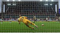Pemain Manchester United, Bruno Fernandes, mencetak gol lewat penalti pada laga kontra Aston Villa di Villa Park, Jumat (10/7/2020) dini hari WIB. (AFP/Oli Scarff)