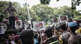 Sejumlah massa menggelar Aksi Bela OSO di depan Gedung KPU, Jakarta, Rabu (16/1). Massa mendesak KPU memasukkan nama Oesman Sapta Odang (OSO) dalam daftar calon anggota DPD Pemilu 2019.(Www.sulawesita.com)