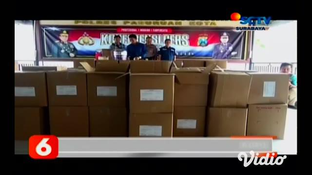 Seorang tengkulak ikan di Kabupaten Pasuruan menaburi dagangannya dengan formalin. Saat ditangkap, polisi mengamankan 2,5 ton ikan asin siap kirim. Tengkulak itu bernama Ayub (51) warga Desa Jatirejo, Kecamatan Lekok, Kabupaten Pasuruan.
