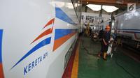 Petugas menyelesaikan perbaikan pada gerbong kereta api di Depo Kereta Poncol Semarang, Kamis (31/5). PT KAI terus mengebut perbaikan gerbong kereta api yang akan digunakan untuk mengangkut pemudik Lebaran Idul Fitri 1439 Hijriyah. (Liputan6.com/Gholib)
