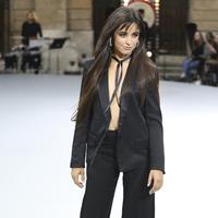 Camila Cabello berpose di catwalk memakai kreasi dari koleksi L'Oreal Ready To Wear Spring-Summer 2020 selama pekan mode di Paris (28/9/2019). Camila Cabello juga mengenakan sepatu dengan tumit terbuka dan anting-anting perak di kupingnya. (Photo by Vianney Le Caer/Invision/AP)