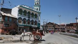 Seekor kuda minum air di jalan sepi selama penguncian di Srinagar, Kashmir yang dikuasai India (8/5/2020). Para ulama dan otoritas agama di bagian Kashmir India telah mendesak orang-orang untuk beribadah di dalam rumah mereka untuk mencegah penyebaran Covid-19 . (AP Photo/Mukhtar Khan)