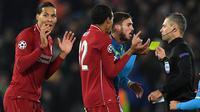 Wasit Damir Skomina saat memberi kartu kuning pada bek Liverpool, Virgil van Dijk, pada laga Liga Champions melawan Napoli (11/12/2018). (AFP/Paul Ellis)