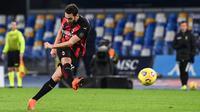 Gelandang AC Milan Hakan Calhanoglu menendang bola saat bertanding melawan Napoli pada pertandingan Liga Serie A Italia di stadion San Paolo di Naples pada 22 November 2020. (AFP/Andreas Solaro)