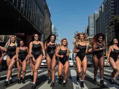 Sejumlah model turun ke jalan mempromosikan kontes kecantikan Miss Bumbum 2017 di Paulista Avenue, Sao Paulo, Senin (7/8). Kontes yang menganugerahi wanita dengan pantat terindah seantero Brasil itu akan diadakan 6 November mendatang. (Nelson ALMEIDA/AFP)