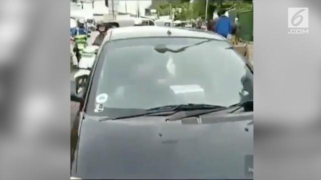 Seorang pengendara ditilang polisi karena STNK yang belum diperpanjang. Saat ditilang, ia justru mengamuk dan meneriaki petugas jambret.