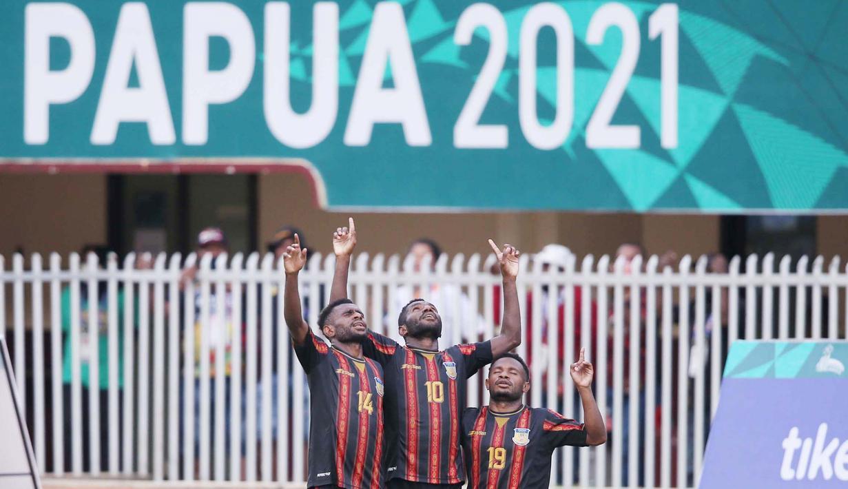 Pemain depan tim Papua Ricky Cawor (tengah) bersama pemain lainnya melakukan selebrasi gol keduanya kegawang tim sepakbola  NTT pada laga Grup A PON XX Papua 2021. (Foto: PB PON XX Papua/Erly Bahtiar)