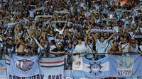 Suporter Persela, LA Mania, memberikan dukungan saat melawan Persija pada laga Liga 1 di SUGBK, Jakarta, Selasa (20/11). Persija menang 3-0 atas Persela. (Bola.com/Vitalis Yogi Trisna)