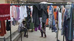 Para pencari suaka duduk-duduk di halaman gedung bekas Markas Kodim di kawasan Kalideres, Jakarta, Selasa (16/7/2019). Rata-rata para pencari suaka tersebut berasal dari Afghanistan, Pakistan, Somalia, Sudan, Iraq, dan Iran. (Liputan6.com/Helmi Fithriansyah)