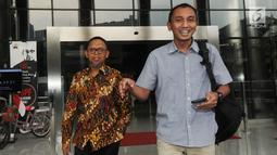 Direktur Pemasaran PT Pupuk Indonesia Achmad Tossin Sutawikara (kiri) usai periksa oleh penyidik di Gedung KPK, Jakarta, Senin (13/5/2019). Achmad Tossin diperiksa terkait dalam kasus dugaan suap bidang pelayaran antara PT Pupuk Indonesia Logistik (Pilog) dengan PT. HTK. (merdeka.com/Dwi Narwoko)