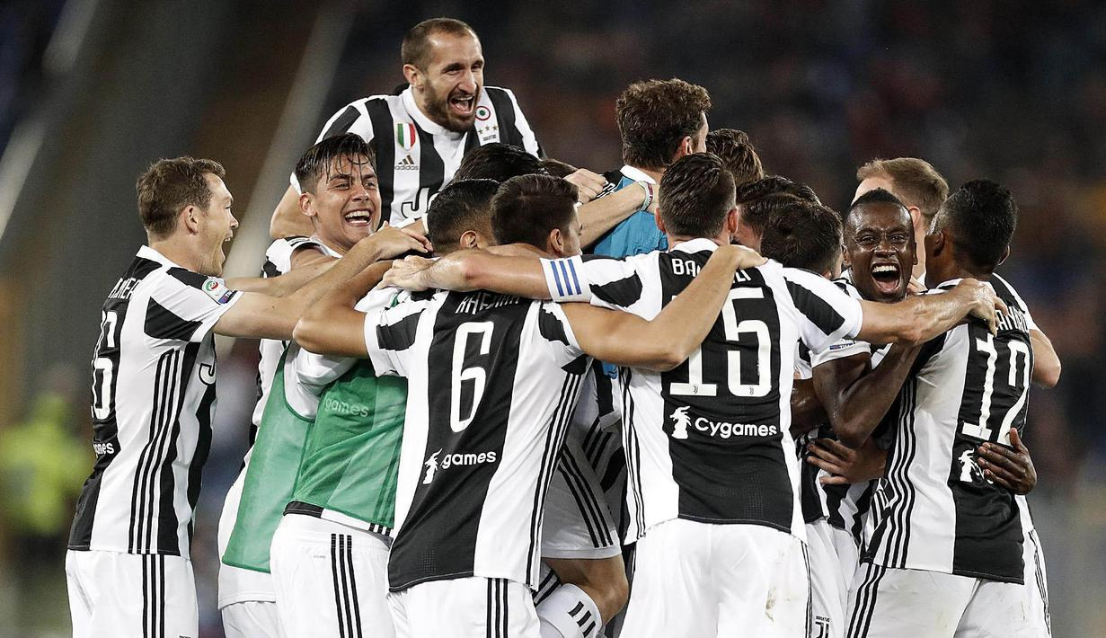 Para pemain Juventus melakukan selebrasi usai memastikan gelar scudetto setelah bermain imbang dengan AS Roma pada laga Serie A di Stadion Olimpico, Senin (14/5/2018). AS Roma imbangi Juventus dengan skor 0-0. (AP/Riccardo Antimiani)
