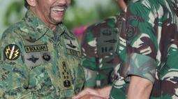 Presiden Joko Widodo menyambut Sultan Hassanal Bolkiah di Mabes TNI Cilangkap, Jakarta, Kamis (3/5). Presiden Jokowi datang mengenakan seragam militer untuk menerima kunjungan Sultan Haji Hassanal Bolkiah beserta delegasi. (Merdeka.com/Iqbal S. Nugroho)