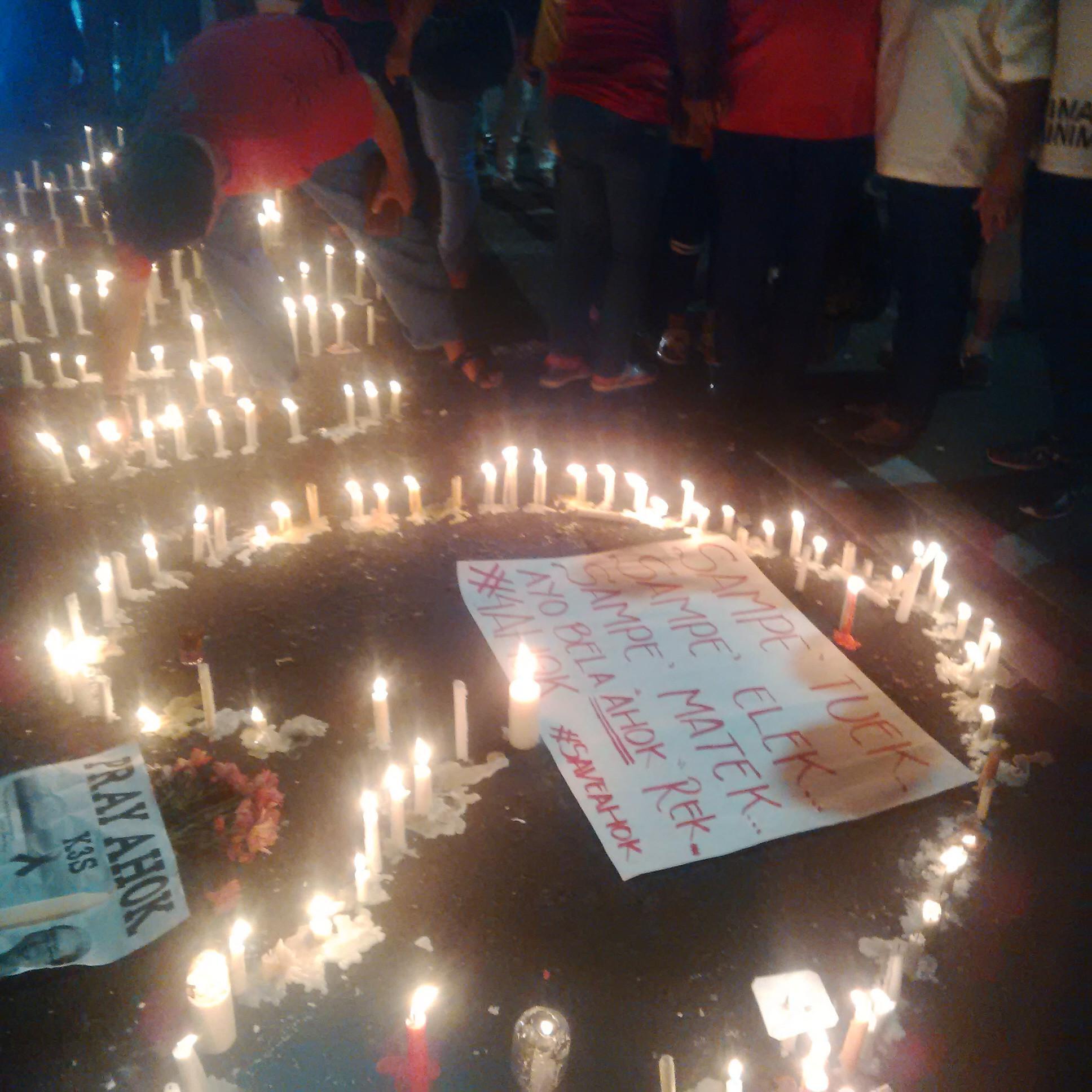 Warga Surabaya Nyalakan 1000 Lilin di Tugu Pahlawan untuk Ahok (Liputan6.com/Dhimas Prasaja)