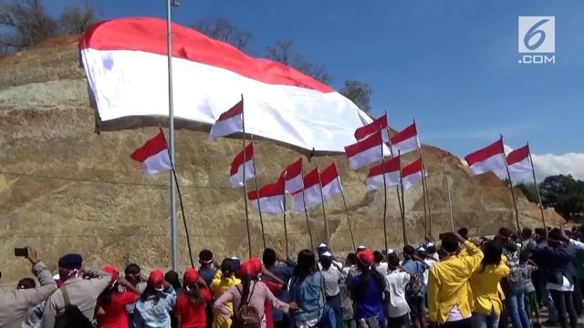 Bendera Merah Putih raksasa membentang pada perbatasan Indonesia dan Timor Leste di Kabupaten Belu, NTT.