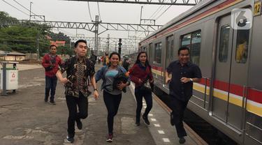 Penumpang berlari di peron Stasiun Manggarai, Jakarta, Jumat (20/12/2019). Dirut KCI Wiwik Widayanti mengatakan total jumlah penumpang hingga Oktober 2019 mencapai 278,7 juta orang. (Liputan6.com/Immanuel Antonius)
