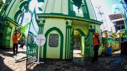 Petugas menyemprotkan cairan disinfektan di Masjid Kauman Semarang,  Jawa Tengah, Senin (16/3/2020). Penyemprotan dilakukan untuk mencegah penyebaran virus corona COVID-19. (Liputan6.com/Gholib)