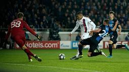 Pemain Paris Saint-Germain (PSG) Kylian Mbappe (tengah) mencetak gol ke gawang Club Brugge pada laga Grup A Liga Champions di Stadion Jan Breydel, Bruges, Belgia, Selasa (22/10/2019). PSG menang 5-0. (Kenzo TRIBOUILLARD/AFP)