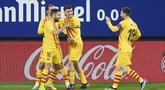 Para pemain Barcelona merayakan gol pertama ke gawang Osasuna yang dicetak bek Jordi Alba (kiri) dalam laga lanjutan Liga Spanyol 2020/21 pekan ke-26 di El Sadar Stadium, Pamplona, Sabtu (6/3/2021). Barcelona menang 2-0 atas Osasuna. (AFP/Ander Gillenea)
