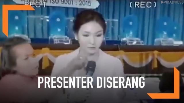 Seorang presenter TV diserang wanita dengan gangguan jiwa menggunakan obeng. Ini terjadi ketika presenter sedang siaran langsung di studio.