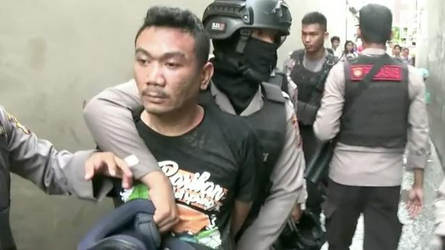 Polrestabes Medan menggerebek kampung judi dan narkoba di Kota Medan. Polisi menyita 200 gram narkoba dan puluhan mesin judi jackpot