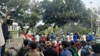 Massa pendemo RUU Cipta Kerja berkumpul di Patung Kuda, Jakarta. (Liputan6.com/Ady Anugrahadi)