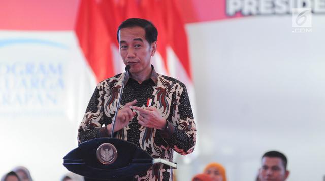 Presiden Joko Widodo atau Jokowi memberi arahan saat menyalurkan bantuan sosial Program Keluarga Harapan (PKH) dan Bantuan Pangan Non Tunai (BPNT) kepada seribu warga Depok, Jawa Barat, Selasa (12/2). (Liputan6.com/Herman Zakharia)