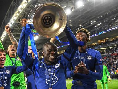 Chelsea merupakan salah satu tim di Eropa yang sukses mengoleksi banyak trofi dalam rentang 10 tahun terakhir. Hal ini tak lepas dari performa apik para bintangnya yang didominasi pemain di lini tengah dan belakang. Berikut 5 pemain di antaranya. (Foto: AFP/Pool/David Ramos)