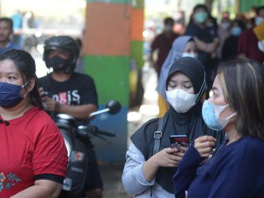 Ekspresi para pedagang pasar inpres Pasar Minggu pasca kebakaran blok C di Jakarta, Selasa (13/4/2021). Aktivitas perdagangan di Pasar Minggu untuk sementara waktu dihentikan akibat musibah kebakaran. (merdeka.com/Imam Buhori)