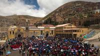 Sejumlah penduduk menghadiri Misa dalam prosesi untuk menghormati Our Lady of Socavon di Oruro, Bolivia (1/3). Seniman yang bernama Rilda Paco itu mendapat kritikan dari sejumlah negara yang menganut Katolik Roma. (AP Photo/Juan Karita)