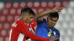 Gelandang timnas Brasil, Casemiro dan bek Paraguay, Santiago Arzamendia berebut bola dalam lanjutan Kualifikasi Piala Dunia 2022 zona Amerika Selatan di stadion Defensores del Chaco, Kamis (9/6/2021) pagi WIB. Brasil meraih kemenangan dengan skor 2-0. (AP Photo/Jorge Saenz)