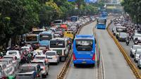 Bus Transjakarta melintas dengan lancar di Jalan Mampang Prapatan, Jakarta, Selasa (14/6/2016). Untuk menjaga jalur Transjakarta tetap steril, Dishub DKI Jakarta mengerahkan puluhan petugas. (Liputan6.com/Yoppy Renato)