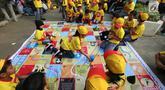 Anak-anak bermain ular tangga pada acara Kampanye Nasional bertajuk Cegah Stunting Itu Penting di Lapangan Gasibu, Bandung, Minggu (18/11). Kampanye bersama Energen menunjukkan kepedulian terhadap kasus balita bertubuh pendek. (Liputan6.com/HO/Bon)