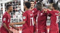 Pemain Qatar merayakan gol Almoez Ali (dua dari kanan) pada semifinal Piala Asia 2019 melawan Uni Emirat Arab di Mohammed Bin Zayed Stadium, Selasa (29/1/2019). (AFP/Roslan Rahman)