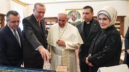 Presiden Turki Recep Tayyip Erdogan berbincang dengan Paus Fransiskus saat kunjungannya ke Vatikan (5/2). Dalam pertemuan dengan Paus Fransiskus itu, Erdogan membahas masalah Yerusalem. (Alessandro Di Meo / Pool via AP)