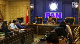 Ketua F-PAN DPR Yandri Susanto (kanan) menerima Gerakan Aliansi Menolak Pertambangan Gunung Gede dan Merdeka Banten di Jakarta, Rabu (20/3). Masyarakat meminta F-PAN menyelesaikan konflik pertambangan di Banten. (Liputan6.com/JohanTallo)
