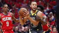 Pemain Warriors, Stephen Curry (tengah) berusha keluar dari kepungan pemain Pelicans pada laga gim ketiga semifinal NBA basketball playoff di Smoothie King Center, New Orleans, (4/5/2018). Pelicans menang 119-100. (AP/Gerald Herbert)