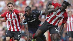 Michail Antonio (tengah) berhasil mencetak empat gol dan tiga assist di tiga laga awal Liga Inggris. Sayangya, Antonio harus diganjar kartu merah kala West Ham menghadapi Southampton. Ia diganjar kartu kuning kedua setelah melakukan tekel tinggi kepada Mousa Djenepo. (Foto: PA via AP/Kieran Cleeves)