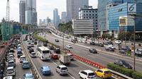 Suasana arus lalu lintas di ruas tol Jalan Gatot Soebroto, Jakarta, Rabu (30/1). Ketua DPR Bambang Soesatyo mengusulkan agar pemerintah mulai mewacanakan perizinan penggunaan jalan tol oleh pengguna sepeda motor. (Liputan6.com/Immanuel Antonius)