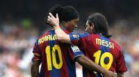 Ronaldinho (kiri) dan Lionel Messi, saat membela Barcelona. Foto ini diunggah Ronaldinho ke Instagram miliknya saat Messi sukses memecahkan rekor gol La Liga pada 11 November 2014. (Instagram ronaldinhooficial)